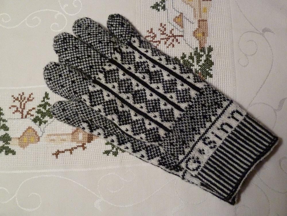 Gestrickte Fingerhandschuhe mit Monogramm