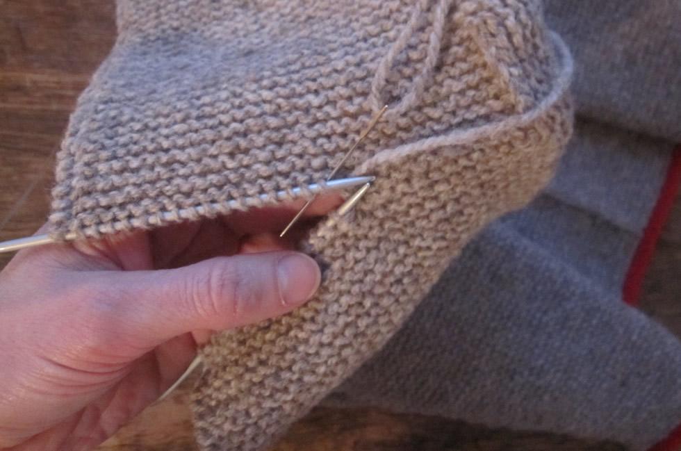 Kapuze eines Trachtenjankers: kraus rechts-Strickstücke im Maschenstich verbinden