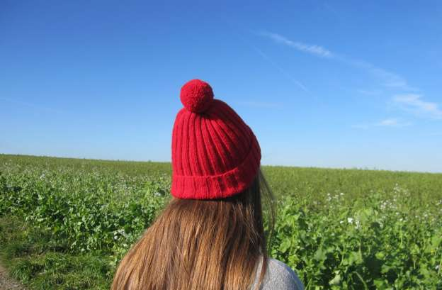 Ribbed hat with Pompom: free pattern