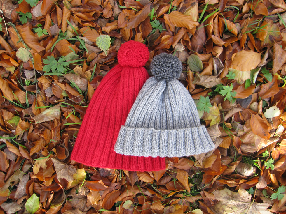 Knitted hats with Pompom: free pattern