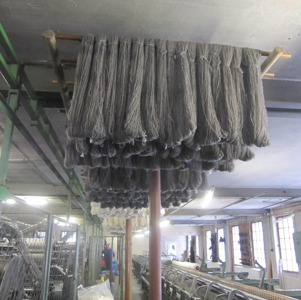Schafwoll-Verarbeitung: Die Stränge müssen trocknen