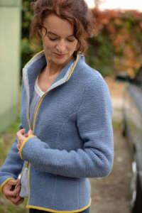 Handgestrickte Trachtenjacke mit Reißverschluss und Stehkragen