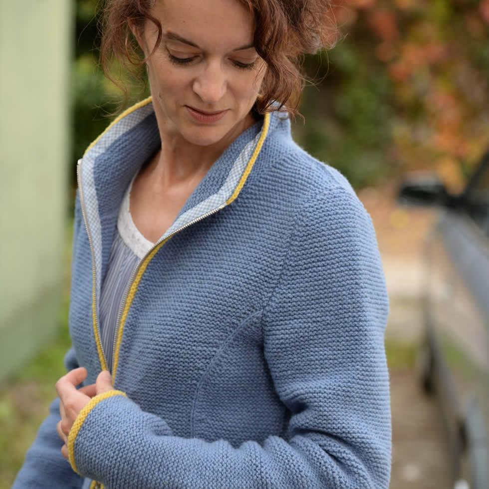 Handgestrickter Trachtenjanker aus regionaler Wolle mit Stehkragen - Strickanleitung